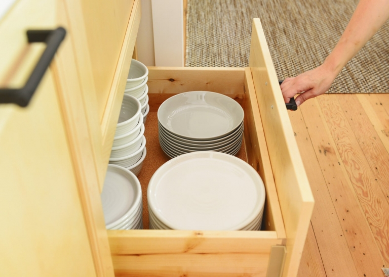 Kitchen cabinet organization via Yellow Brick Home // deep drawer base cabinets!